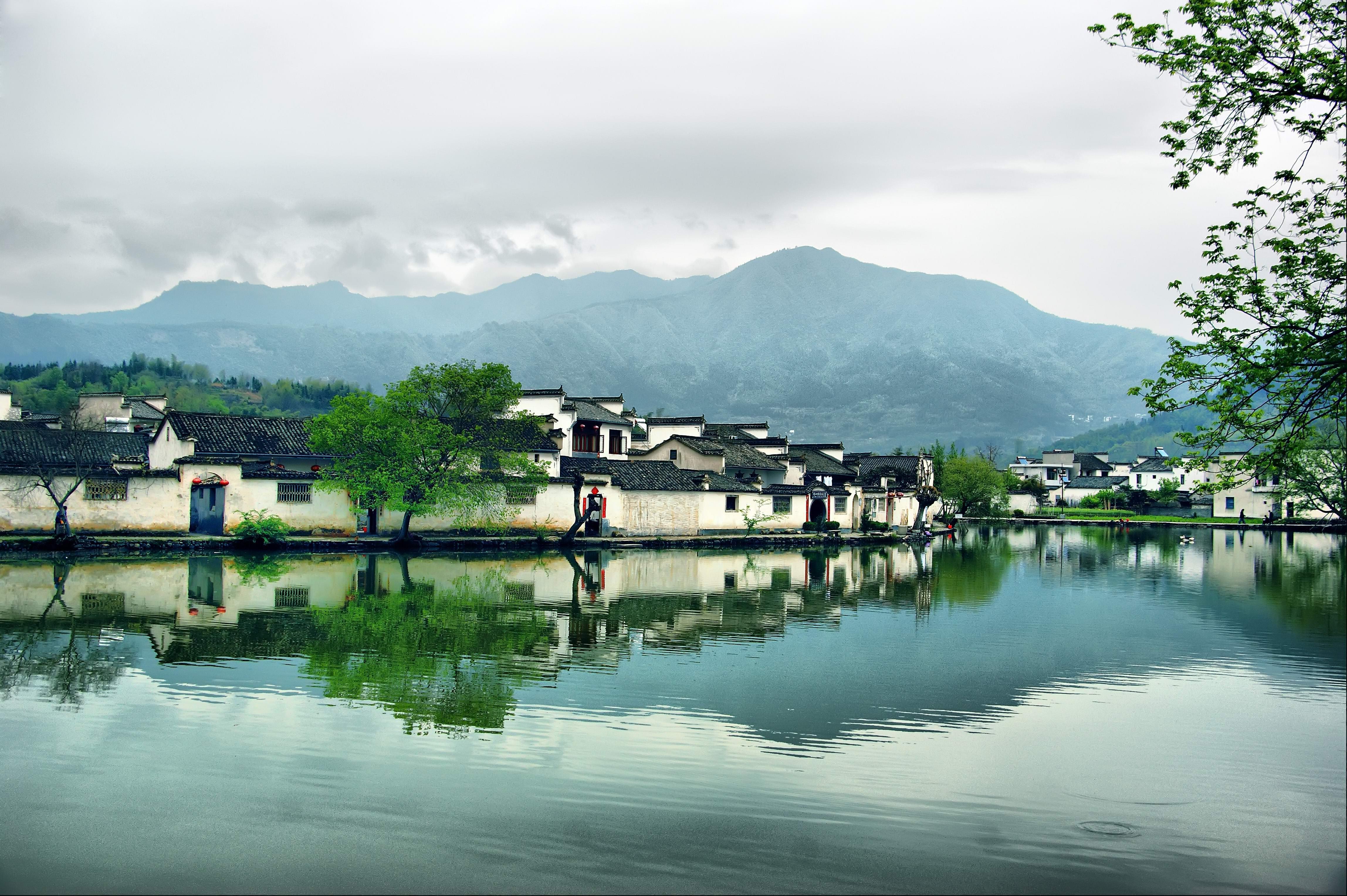 """宏村镇,古称弘村,安徽省黄山市黟县辖镇,位于黟县东北部。地理坐标:东经117°38′,北纬30°11′,占地面积187平方千米。2000年11月30日,宏村被联合国教科文组织列入了世界文化遗产名录。是国家首批12个历史文化名村之一,国家级重点文物保护单位、安徽省爱国主义教育基地、国家5A级景区。宏村有""""画里乡村""""之称,截至2014年,全镇完好保存明清民居140余幢,主要景点有:南湖春晓,书院诵读,月沼风荷,牛肠水圳,双溪映碧,亭前古树,雷岗夕"""